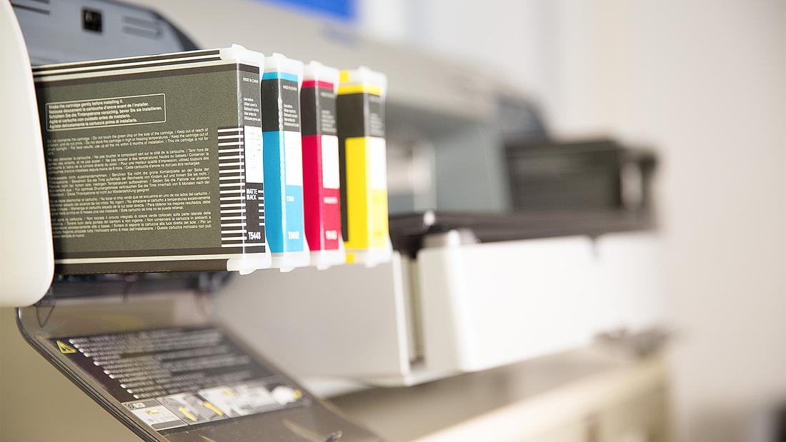 Ein Tintenstrahldrucker in der hauseigenen Printwerkstatt.