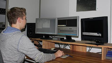 Mediengestalter Bild und Ton arbeitet am Schnittplatz.