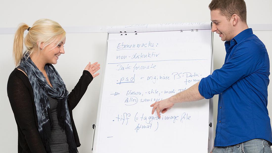 Angehende Kaufleute für Marketingkommunikation arbeiten an der Flipchart bei bm in Köln.