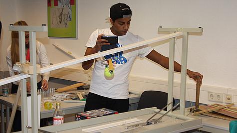 Schüler bereitet Kettenreaktion vor.
