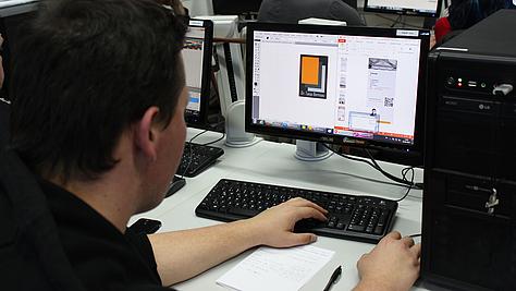 Auf der Suche nach Ideen: Mediengestalter Digital und Print erarbeiten Logo-Vorschläge für eine Kunstdetektivin.