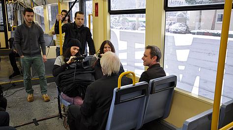 Schülerinnen und Schüler drehen Film in der KVB.