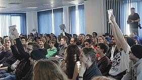 Schüler des Berufskollegs für Medienberufe bei der Abstimmung für den Poetry-Slam-Sieger.
