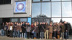 Gruppenfoto vor den Nobeo Studios.