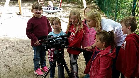 Eine angehende Mediengestalterin Bild und Ton der Berufsakademie für Medienberufe bei der Arbeit für eine Mutter-Kind-Klinik.