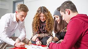 Lerngruppe aus Schülerinnen und Schülern.