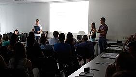 Schülerinnen und Schüler bei der Projektpräsentation.