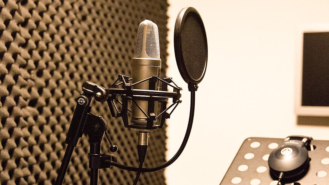 Ein Mikrofon im Ton-Studio bei bm - bildung in medienberufen in Köln.
