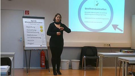 Junge Frau beim Vortrag.