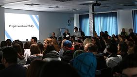 Vor ihren Lehrerinnen und Lehrern, Mitschülerinnen und Mitschülern sowie den Projektgebern präsentierten die einzelnen Arbeitsgruppen ihre tollen Ergebnisse.