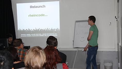 Mediengestalter Digital und Print in Ausbildung präsentiert Projektarbeit.