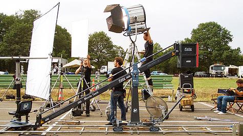 Viele Menschen arbeiten an einem Filmset.