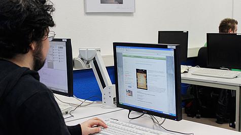 Schüler arbeitet an Webseite.