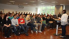In der gut gefüllten Aula begrüßte die Berufsakademie für Medienberufe ihre neuen Teilnehmer/innen.