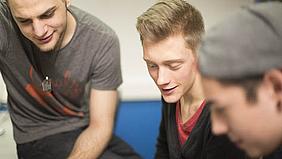 Schüler lernen Gimp.