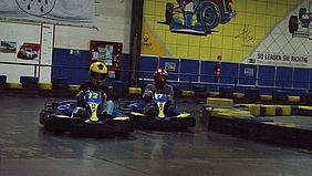 Die Schülerinnen und Schülern des Berufskollegs für Medienberufe waren auf der Kartbahn.