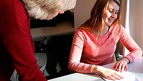 Unterrichtssituation der Prüfungsvorbereitung auf die IHK-Abschlussprüfung zum: Mediengestalter/in Digital und Print, Mediengestalter/in Bild und Ton, Kaufmann/-frau für Marketingkommunikation oder Veranstaltungskaufmann/-frau in Köln.