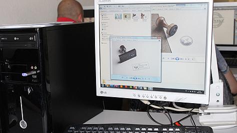 Es muss nicht immer digital sein: Für ihre Kundin haben die angehenden Mediengestalter Digital und Print einen Stempel entwickelt.