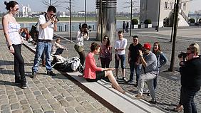Schülerinnen und Schüler beim Fotoshooting im Freien.