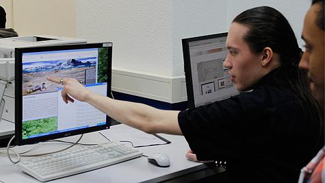 Schüler arbeitet an Webdesign für Verein.