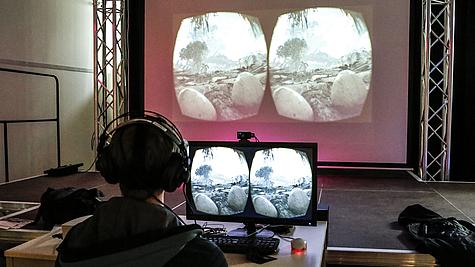Vorführung Head-Mounted-Display im Bereich Spieleentwicklung bei bm.