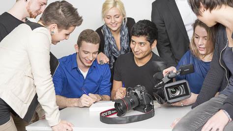 Teambesprechung an der Berufsakademie für Medienberufe in Köln.