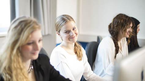 Eine Schülerin bei der Arbeit am Mac.
